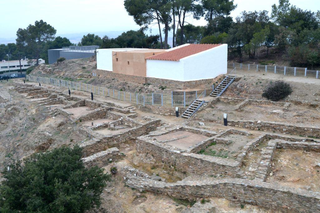 Vista aèria del jaciment i dels edificis reconstruïts