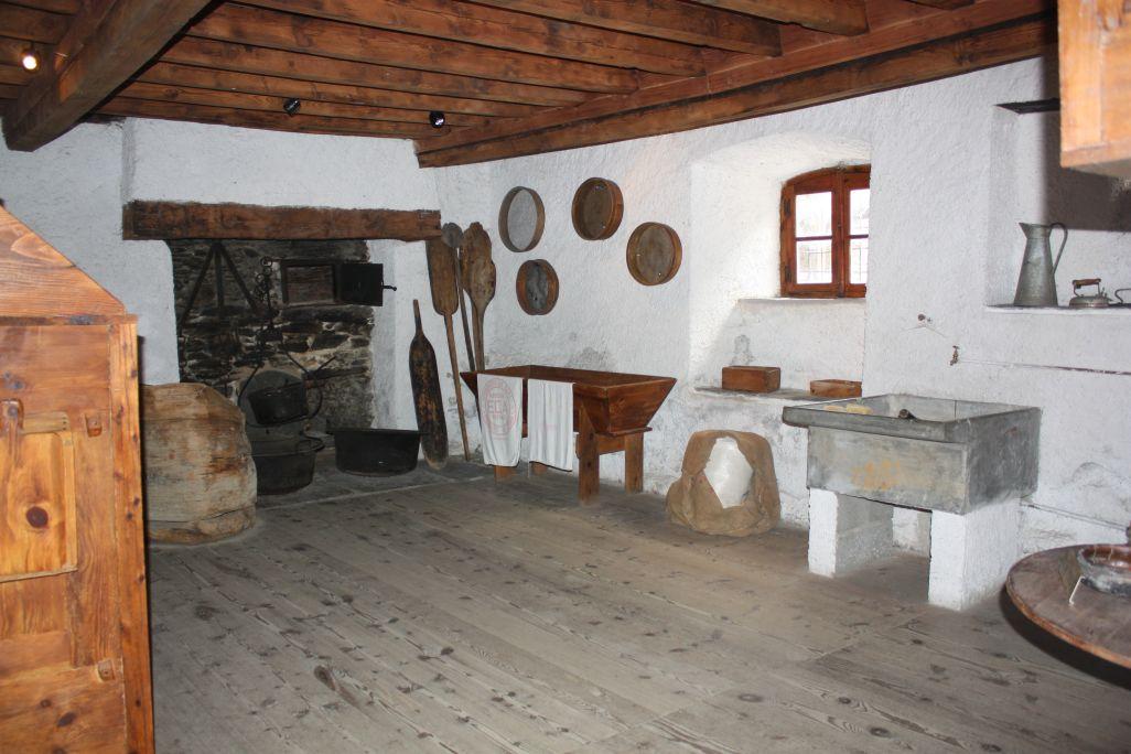Tamis, pelles à pain et pétrins sont quelques-uns des instruments indispensables pour travailler dans cette pièce