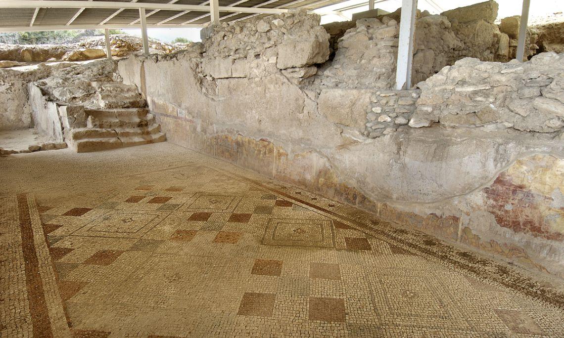 Vue de la mosaïque aux motifs géométriques conservée dans le cryptoportique de la zone résidentielle de la villa des Munts.