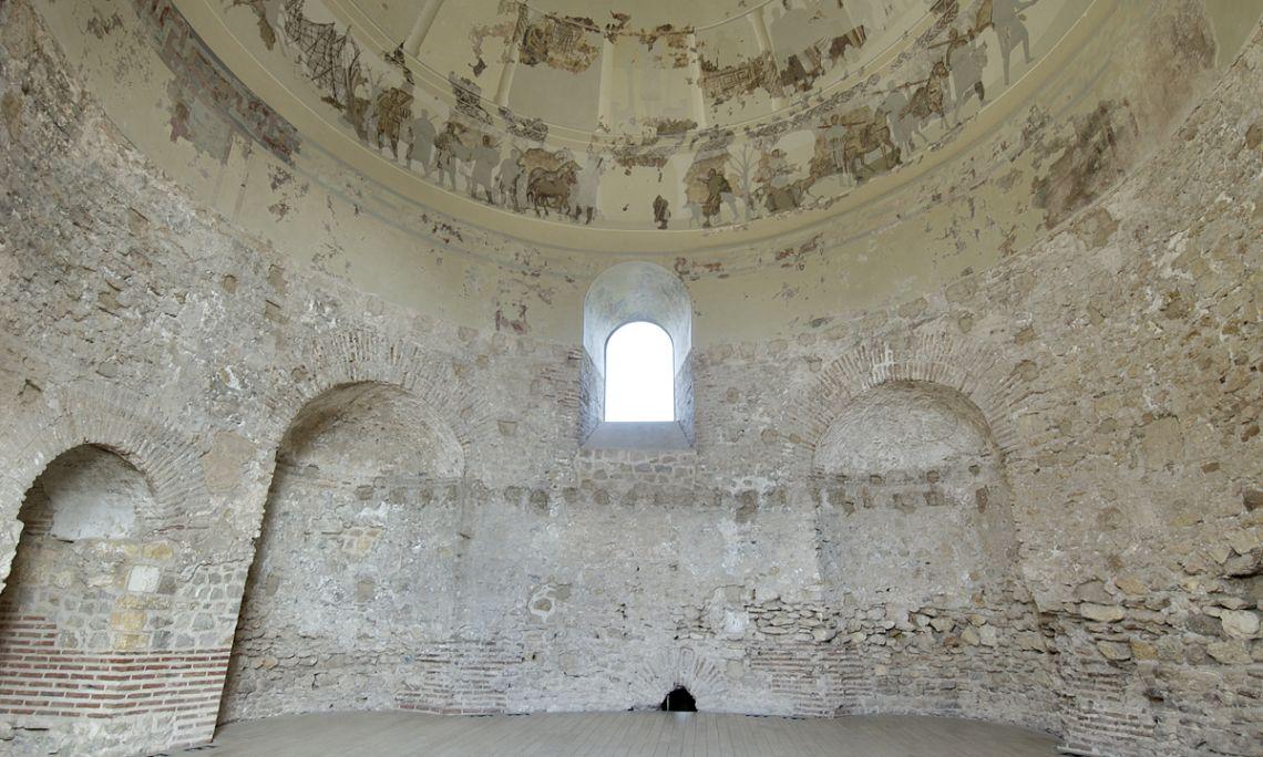Vista general de la sala amb la cúpula de mosaic.