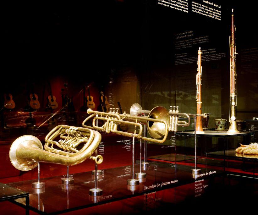 Conjunt d'instruments de cobla. Les músiques populars i ètniques conviuen amb la música orquestral del segle XIX. ©Museu de la Música. Foto: Rafael Vargas