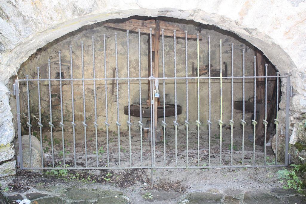 Le meunier pouvait observer tout ce qui se passait dans la chambre d'eau du moulin, à travers une trappe située au sol