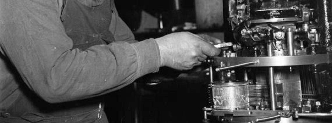 Ouvrier qui ajuste un métier à tricoter circulaire pour le tricot Photographie: © Fundation Jaume Vilaseca