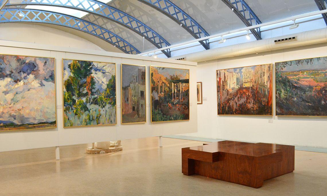 En aquesta sala s'exposen les antigues pintures que decoraven les parets del Cafè Foment.