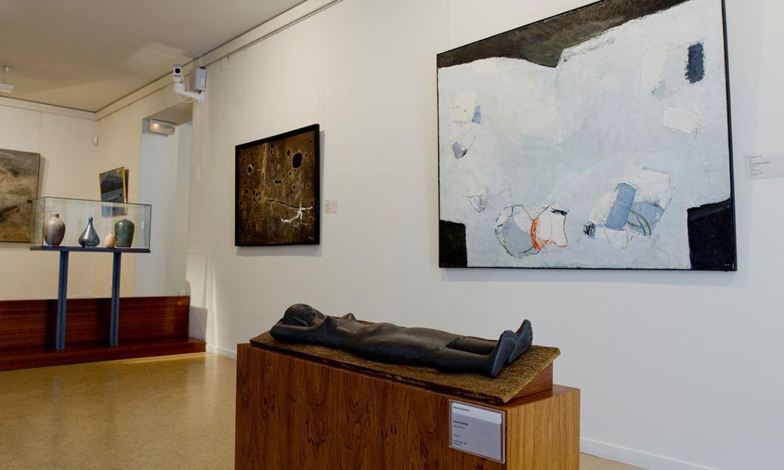 En el espacio destinado al arte contemporáneo hay pintura y escultura de alrededor de 1960.