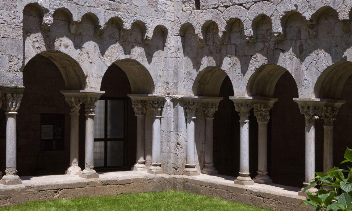 Vue partielle du cloître du monastère.