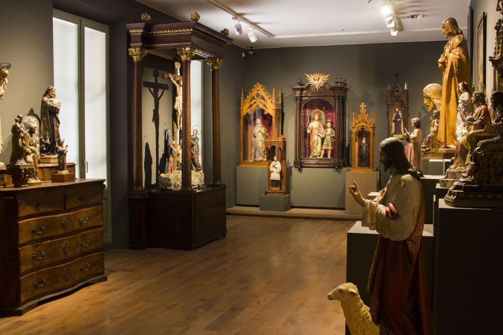 Als tallers de sants no només s'hi fan sants. Hi trobem Verges, MaresdeDéus, caps grossos, retrats, tabaqueres, Madams Pompadours i un llarg etcètera. Foto: Blai Farran.