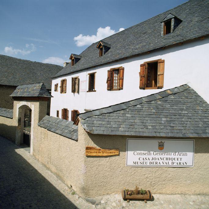 Vue de la façade principale de l'écomusée Çò de Joanchiquet de Vilamòs