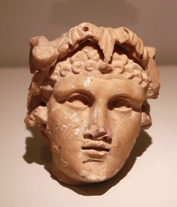 Tête de Bacchus jeune (éphèbe), c. IIe siècle ap. J.-C., calcaire et marbre, 15 × 10 cm. Photo Pere Cornellas, 2014