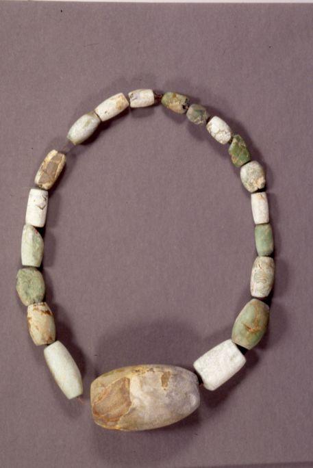 Collier en variscite, néolithique moyen. Photo : MDG
