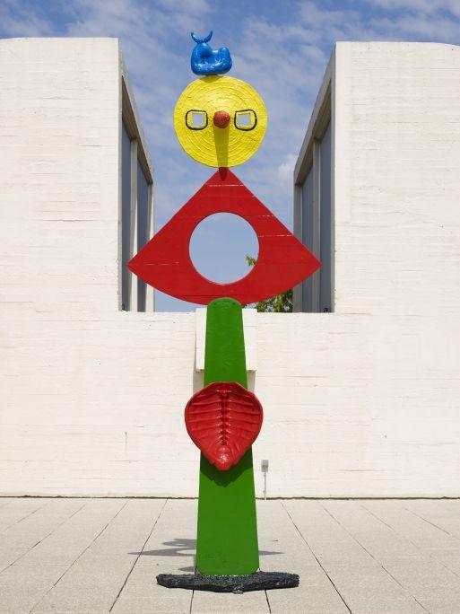La carícia d'un ocell, Joan Miró, 1967, bronze pintat, 311 × 110 × 48 cm, Fundació Joan Miró, Barcelona