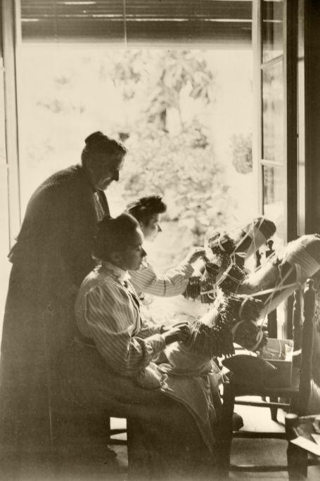 Germanes Ferrer de Sant Vicenç de Montalt elaborant el mocador per a la reina Victòria Eugènia sota la supervisió d'Anna Maria Simón. Foto: Aldof Mas (1906)