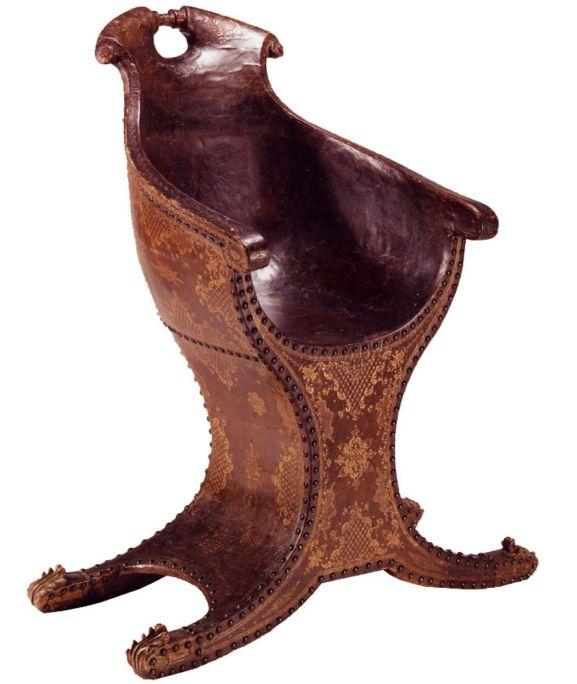 Silla de góndola, siglo XVII, piel gofrada en oro y madera, 100 × 88 × 65 cm, Venecia (Italia)