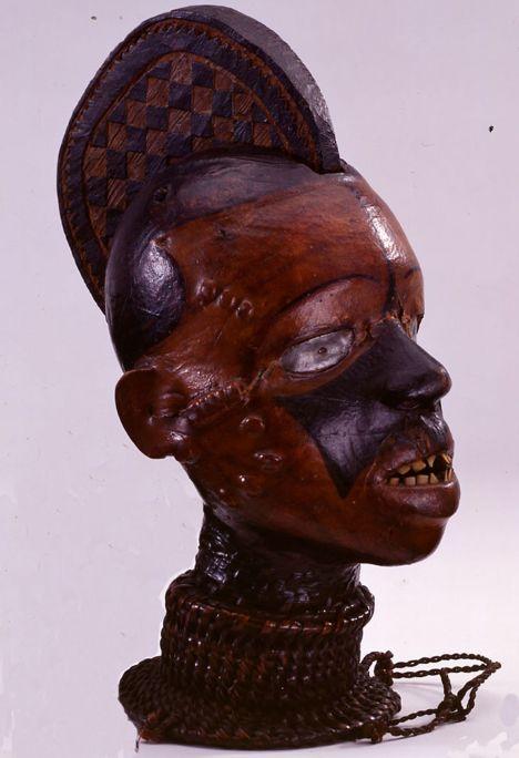 Cap ékoi, segona meitat del segle XX, fusta folrada de cuir i canyes, 37 × 15 × 28 cm, Nigèria