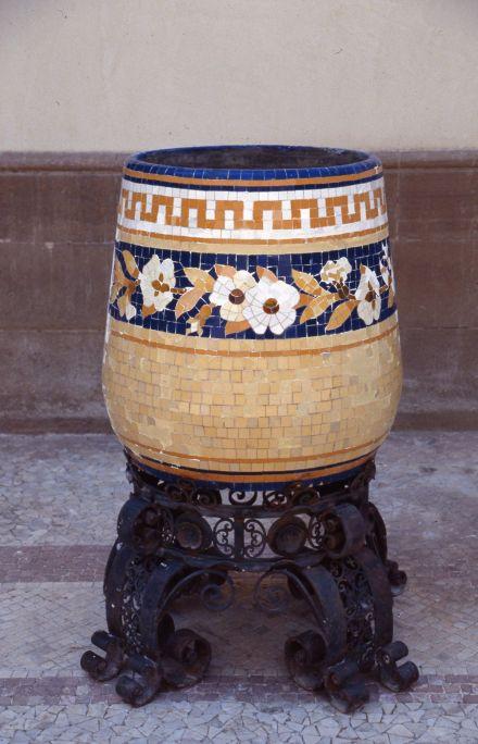 Jardinera amb peu, Eliseu Querol (Barcelona),c. 1919, mosaic ceràmic i forja, 60 × 58 cm de diàmetre (jardinera) i 45 × 75,5 cm de diàmetre (peu). MdT 15508-15509 Foto: Teresa Llordés
