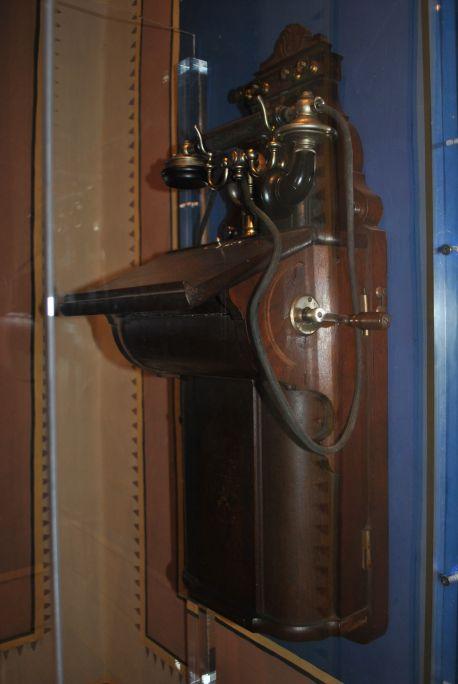 Teléfono de pared de la marca Ericsson muy bien conservado, finales del siglo XIX.