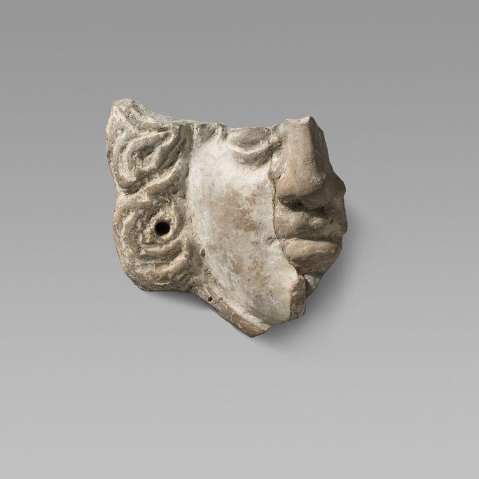 Fragment d'una màscara descoberta a les excavacions de la zona dels temples