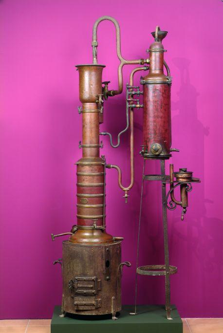 L'alambí és un aparell de coure que serveix per destil·lar vi i obtenir-ne aiguardent.