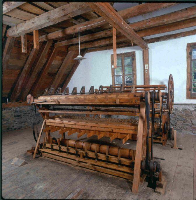 En aquesta màquina es pot apreciar el caràcter artesanal d'aquestes primeres indústries llaneres.