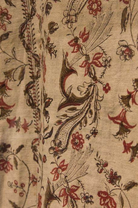 Vestit de la Mare de Déu de la Guia. Estampat d'indianes.Museu de la Garrotxa