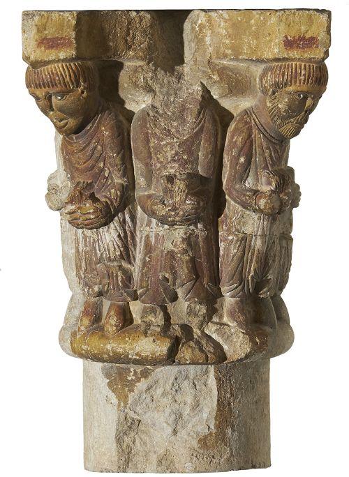 Capitell, segle XII. Pedra calcària amb restes de policromia, 38 x 25 x 25 cm. Monestir de Sant Pere, Camprodon. Museu d'Art de Girona - Fons Bisbat de Girona.