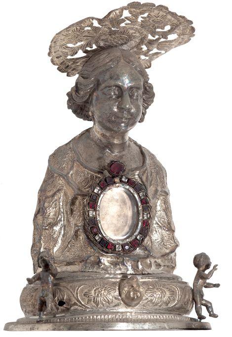 Reliquiari, segle XVII. Fosa en plata sobredaurada, repussada, cisellada, burinada amb pedres dures encastades, 27,5 x 20 x 16 cm. Palau Episcopal, Girona. Museu d'Art Girona.
