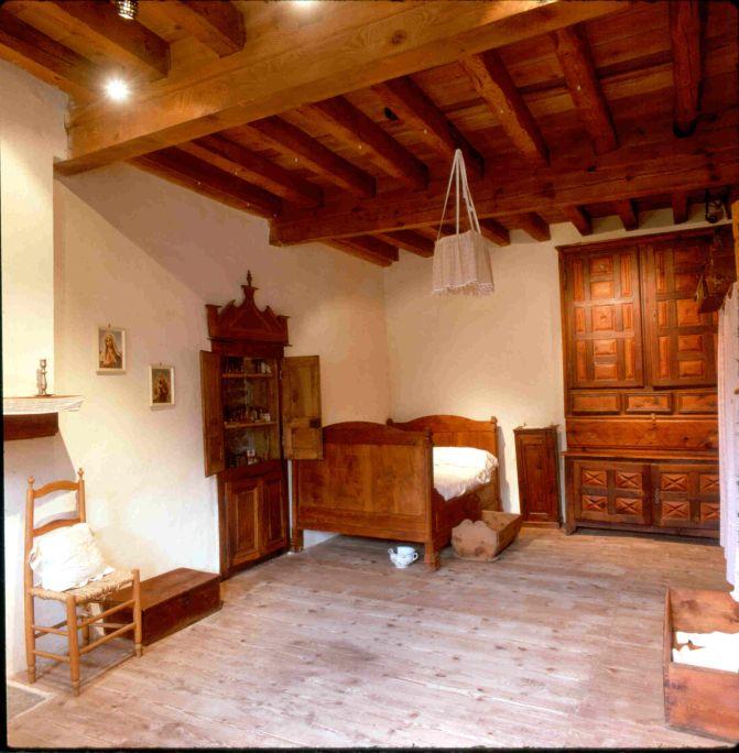 La calidad y cantidad de mobiliario de esta habitación la identifican como la principal de la vivienda