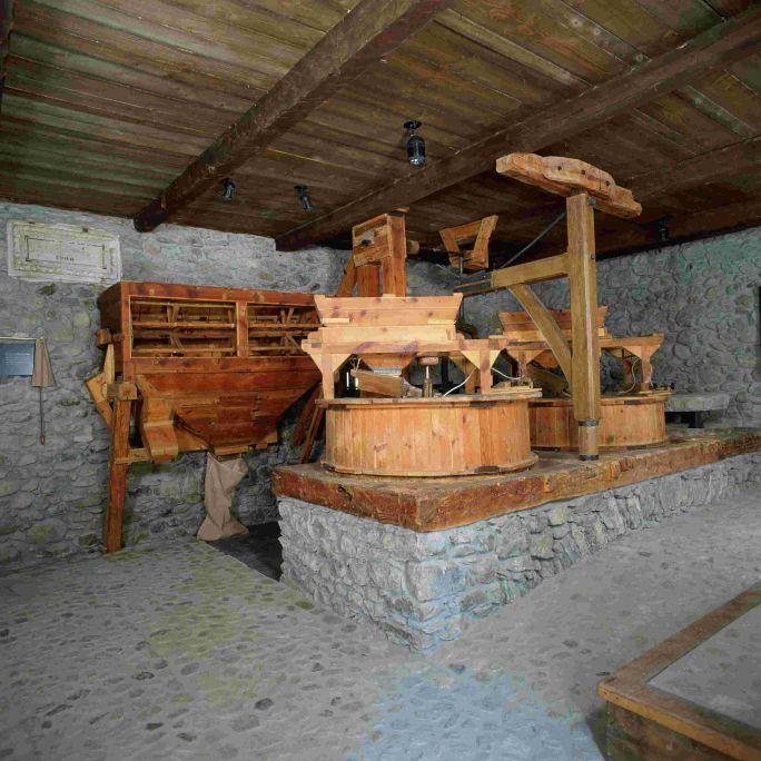La cheminée était un élément indispensable dans les moulins à farine aranais.