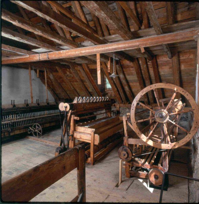 Aprofitant l'altura del sostre, sobre els tirants, trobemun petit humaralet que era aprofitat com a magatzem.