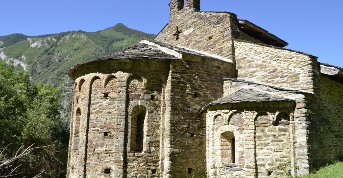 <p>La fa&ccedil;ana est de Sant Pere est&agrave; encap&ccedil;alada per tres absis semicirculars d&rsquo;estil llombard.</p>