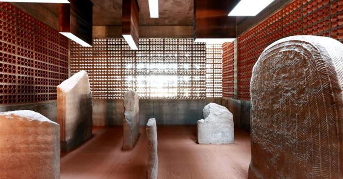 <p>S'hi presenten les grans escultures antropomorfes decorades d'&egrave;poca neol&iacute;tica trobades a Ser&oacute;.</p>