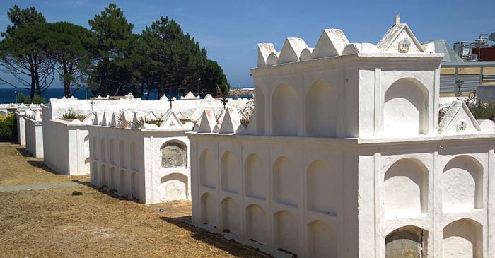 <p>Vista de los nichos rematados con t&iacute;mpanos triangulares, todo pintado de blanco y con el mar de fondo.</p>