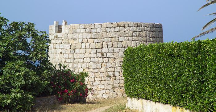 <p>Exterior de la torre del Pedr&oacute;, desmochada por la reutilizaci&oacute;n de piedras en otros edificios.</p>
