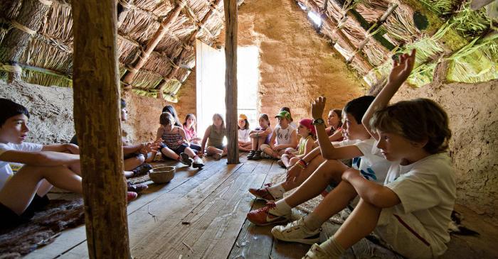 <p>Activitats a les cabanes neol&iacute;tiques (Arqueoxarxa, Josep Casanova).</p>