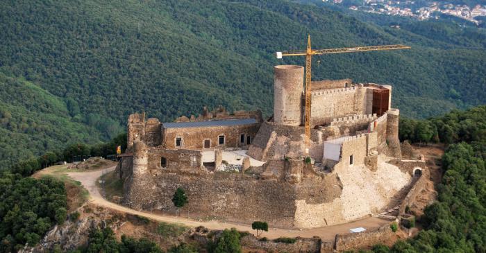 <p>El castell de Montsoriu, dins el Parc Natural del Montseny, &eacute;s una de les millors mostres d&rsquo;arquitectura militar a Catalunya.</p>