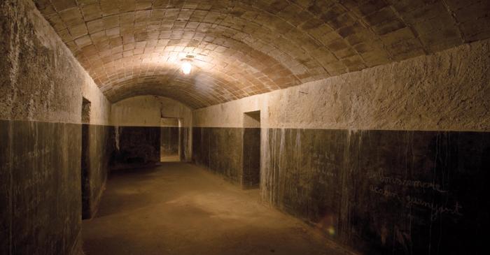 <p>Refugio celular construido en el a&ntilde;o 1938 para unas setecientas personas. Dispon&iacute;a de luz el&eacute;ctrica.</p>