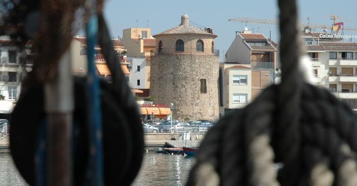 <p>La Torre del Puerto se ha convertido en uno de los s&iacute;mbolos tur&iacute;sticos de Cambrils, al encontrarse en plena fachada mar&iacute;tima.</p>