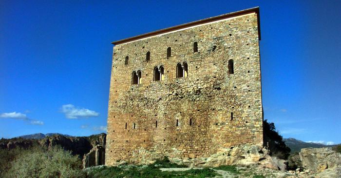 <p>Vista de la fa&ccedil;ana del castell de Llord&agrave;.</p>
