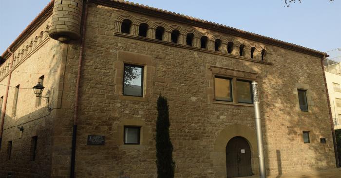<p>L'Harmonia, construïda al segle XVI, segurament a l'emplaçament de la Torre Blanca (segle XI), està vinculada als orígens de l'Hospitalet</p>