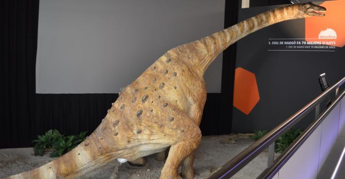 <p>Reconstrucci&oacute;n a tama&ntilde;o real de un titanosauro durante la puesta de los huevos</p>