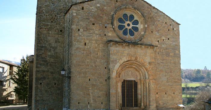 <p>Vista de la fachada este de la iglesia rom&aacute;nica de Santa Maria de Covet.</p>