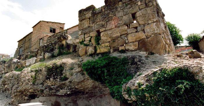 <p>Vista de la torre sur de la muralla romana de Aeso</p>