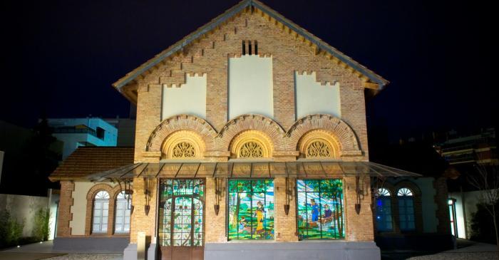 <p>Vue nocturne de la fa&ccedil;ade principale du mus&eacute;e avec les vitraux modernistes &copy; Xavi Oliv&eacute;</p>