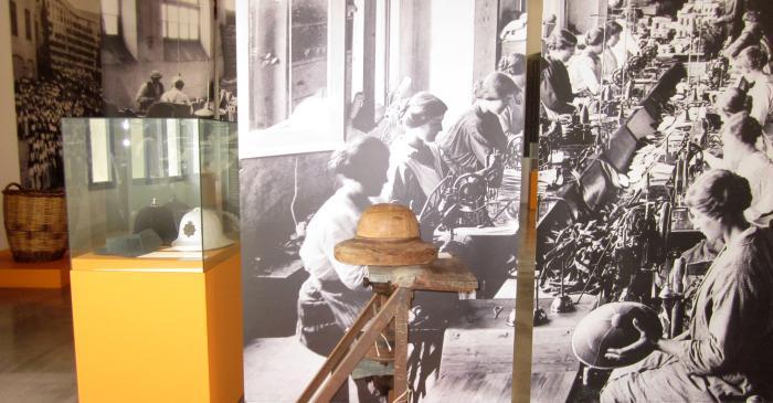 <p>Table de moulage pour la fabrication de salacots (casques coloniaux). Collection ILECO</p>