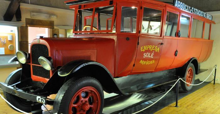 <p>&Ograve;mnibus de l&rsquo;any 1923 realitzat en fusta, planxa i cuir, amb carrosseria semi met&agrave;l&middot;lica.</p>