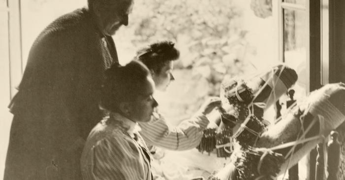 <p>Germanes Ferrer de Sant Vicen&ccedil; de Montalt elaborant el mocador per a la reina Vict&ograve;ria Eug&egrave;nia sota la supervisi&oacute; d&rsquo;Anna Maria Sim&oacute;n. Foto: Aldof Mas (1906)</p>