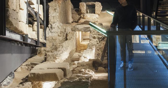<p>Restos de la principal alcantarilla de la antigua ciudad de Baetulo, situada bajo el <em>cardo maximus</em></p>