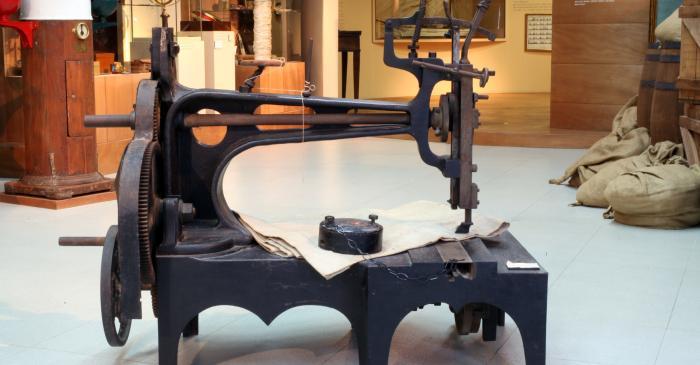 <p>M&aacute;quina de coser velas</p>