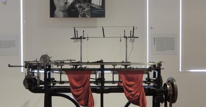 <p><strong>Tricotosa </strong></p> <p>Primera meitat s.XX</p> <p><em>Maquinaria para g&eacute;neros de punto,SA</em> (Olot)</p> <p>Foto: Museu de Matar&oacute;</p>