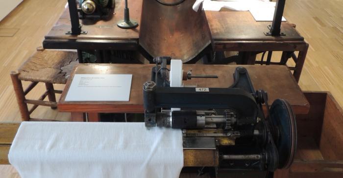 <p><strong>Bancada de confecci&oacute;n</strong></p> <p>Primera mitad del siglo xx</p> <p>Comercializada por la filial de la casa Wertheim en Barcelona, llamada La R&aacute;pida S.A.</p> <p>Foto: Museu de Matar&oacute;</p>